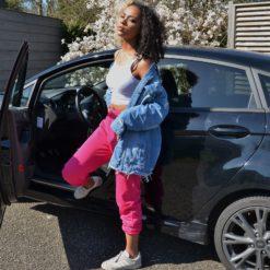 Jonge vrouw in Denim Jacket Pink Joggingbroek van webshop Fashinn
